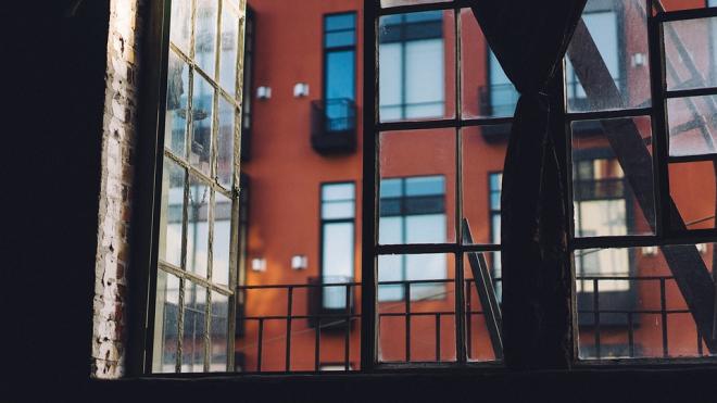 На улице Есенина пятилетний ребенок выпал из окна