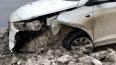 На Митрофаньевском авто продырявило и затопило снегом
