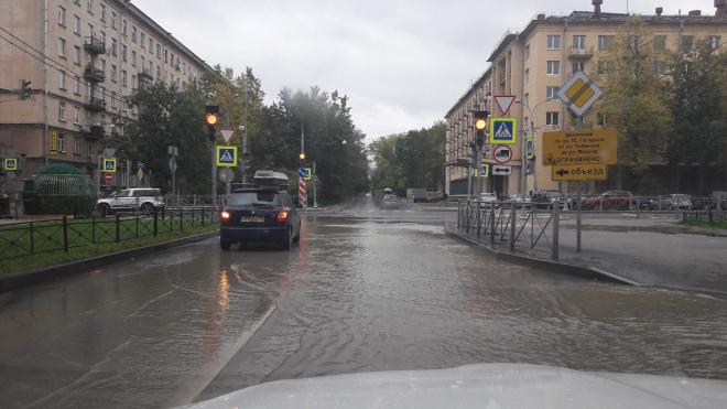 Утром из-за прорыва трубы участок дороги между Гастело и Ленсовета ушел под воду