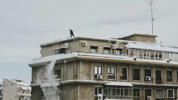 В праздничные дни в Петербурге от снега очистили 5000 крыш зданий