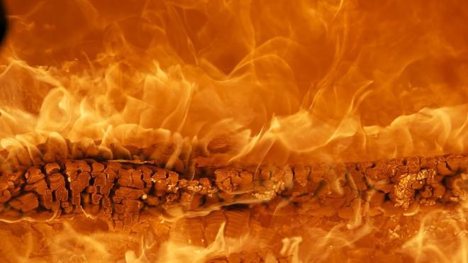 Спасатели весь день устраняют последствия пожара на мебельной фабрике в Янино