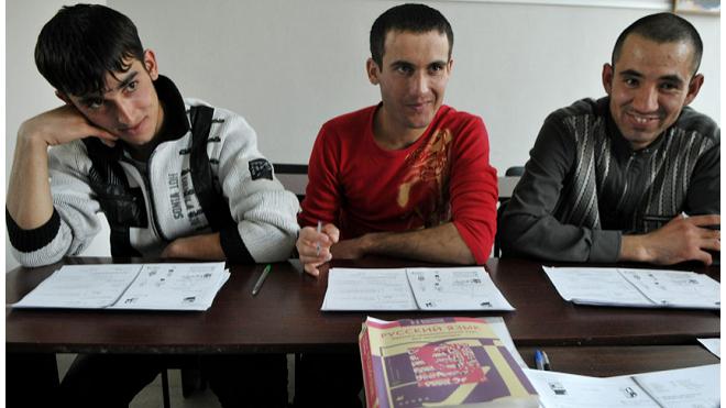В Петербурге приостановили курсы русского для мигрантов