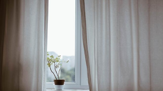В Кингисеппском районе мужчина из ревности выбросил женщину из окна