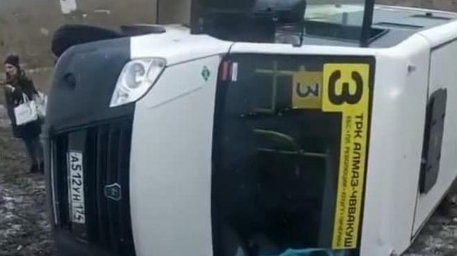 В Челябинске перевернулась маршрутка с пассажирами