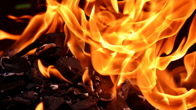 На стоянке в Лигово сгорели четыре грузовика