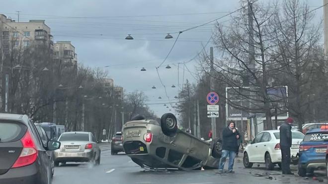 На 2-м Муринском проспекте перевернулся Renault