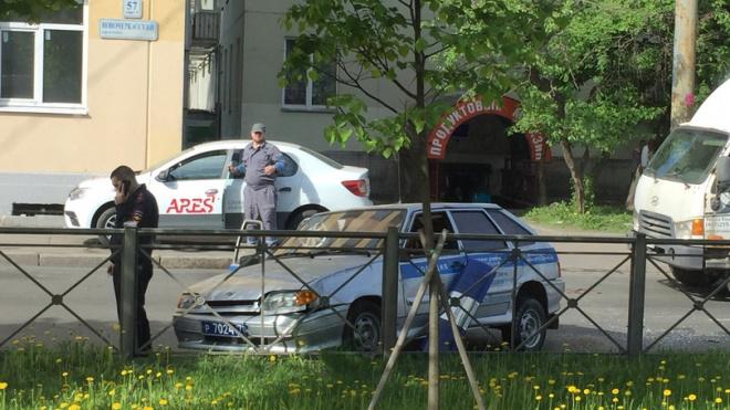 """Очевидцы: на Рижской дорогу не поделили УАЗ полиции и """"Мазда"""""""
