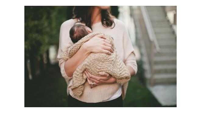 На мать, бросившую годовалого ребенка в Колпино, завели уголовное дело
