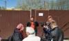 """Градозащитник приковал себя к воротам стройки у парка """"Александрино"""""""
