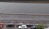 Судно-нефтесборщик убирает масляное пятно на Большой Невке