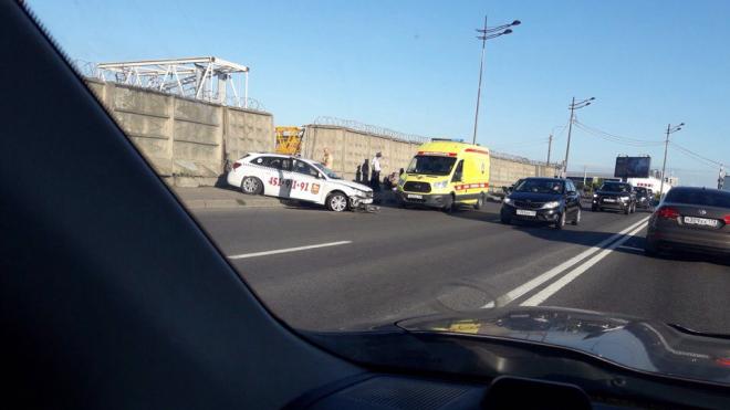 Такси сбило велосипедистку на Витебском: девушку едва не придавило бетонной плитой