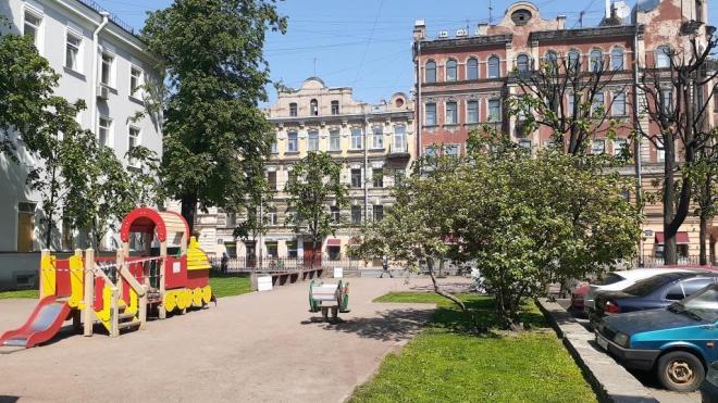 Сквер на углу Некрасова и Маяковского привели в порядок после жалоб местных жителей