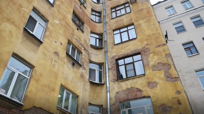 С бывшей главной аптеки Петербурга обваливаются куски штукатурки