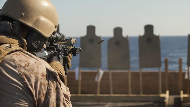 В Петербурге морские пехотинцы обучились освобождению судна от атаки пиратов