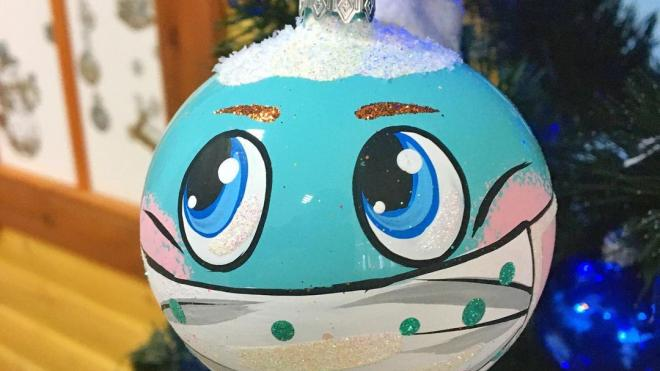 Красноярская фабрика игрушек выпустила елочные шары в масках от COVID-19