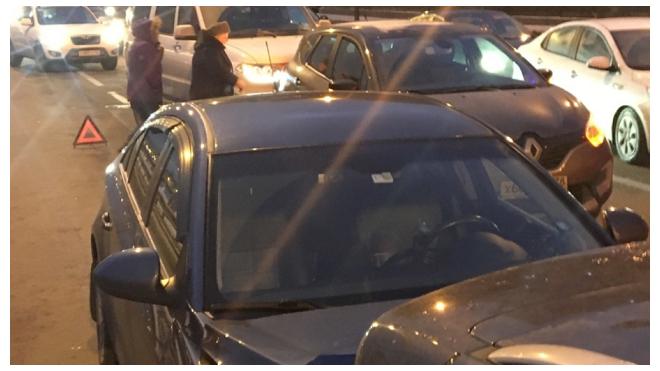 На Арсенальной набережной столкнулось пять машин из-за упавшего знака