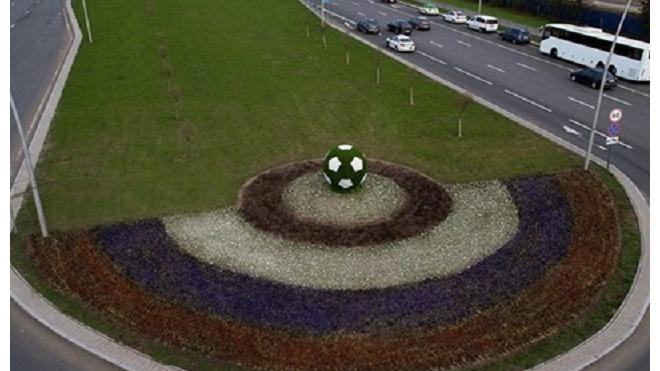 На выезде из Пулково разбили цветник с гигантским футбольным мячом