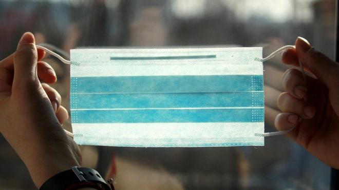 Врачи предостерегли россиян от ношения маски на улице в мороз