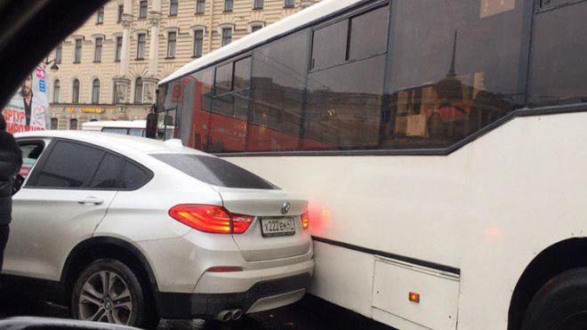 Авария на площади Восстания парализовала движение