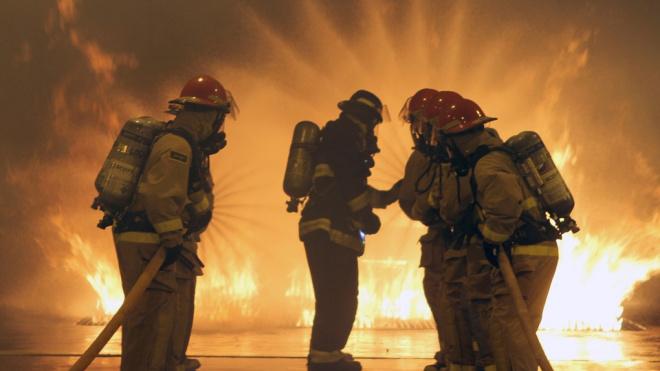 В Петербурге загорелся ангар с фасованным углем