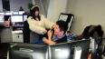 Китайских программистов девушки массируют прямо на ...