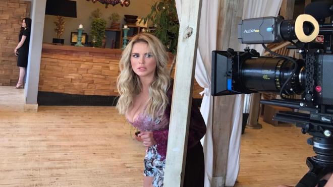 Анна Семенович снимается в откровенных костюмах для нового клипа