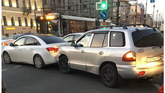 Сломанный эвакуатор и ДТП породили большую пробку на Лиговском проспекте