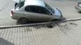 В Красноярске под припаркованной машиной провалился ...