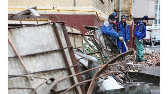 В Якутии из-за ветхости жилого дома рухнули три балкона
