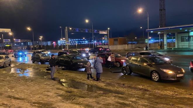 Семь машин остались без колес из-за огромной ямы на проспекте Культуры