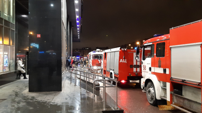 """Сотрудники МЧС приехали на ложный вызов к станции метро """"Международная"""""""