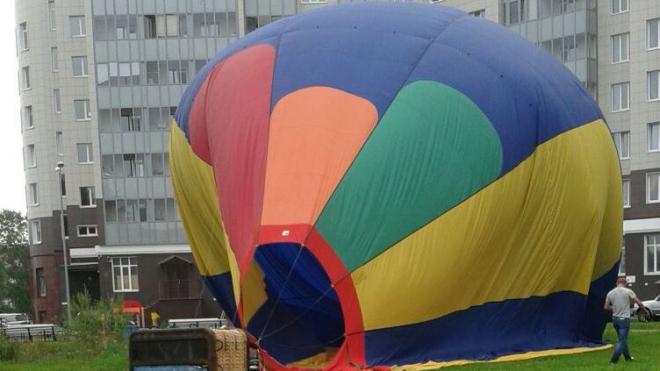 """Воздушный шар """"припарковался"""" во дворе жилого дома в Петербурге"""