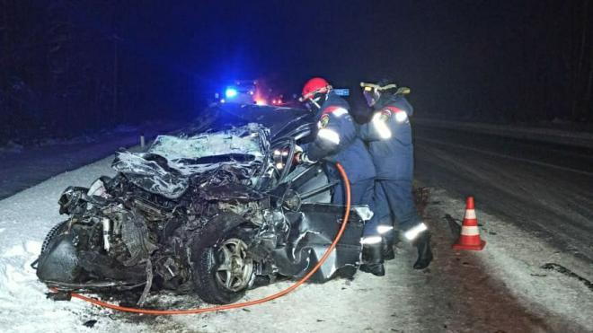 У Шлиссельбурга в лобовом столкновении Chevrolet и MAN погиб водитель