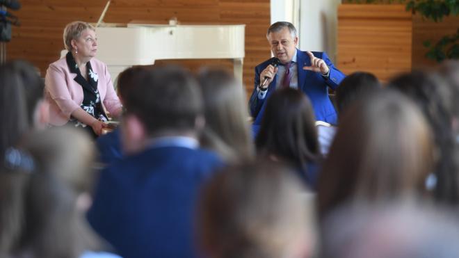 Министр просвещения РФ поблагодарила губернатора и социальных работников Ленобласти