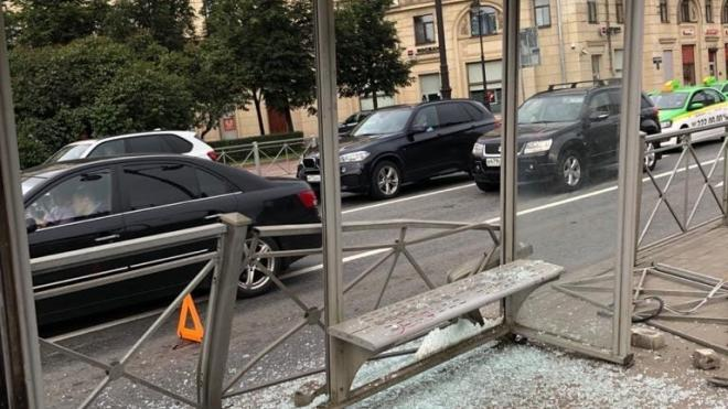 BMW снес трамвайную остановку на площади Стругацких