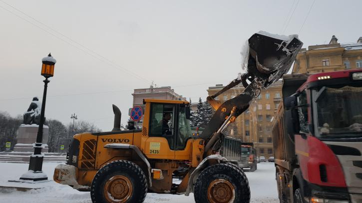 За прошедшую неделю с улиц Петербурга вывезли 16 тысяч кубометров снега