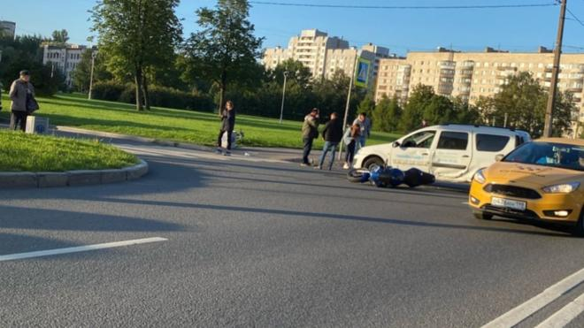 Мотоциклист попал под машину на улице Белы Куна
