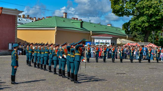 Парад почетного караула ЗВО в Петербурге озвучат на иностранных языках