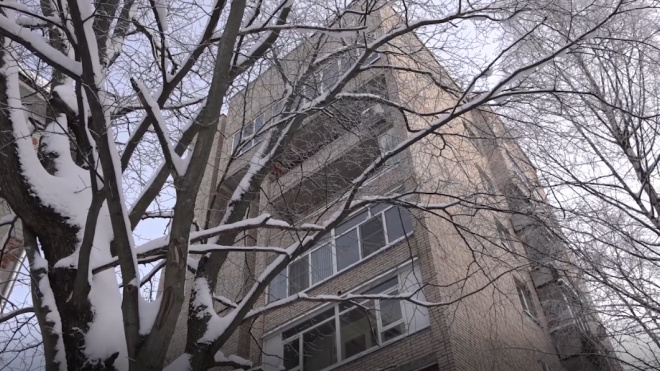 В Ленобласти женщина выпала из окна третьего этажа и осталась жива