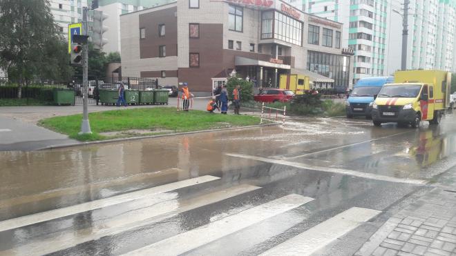 И снова прорыв: горячие ванны образовались прямо на улице Маршала Казакова