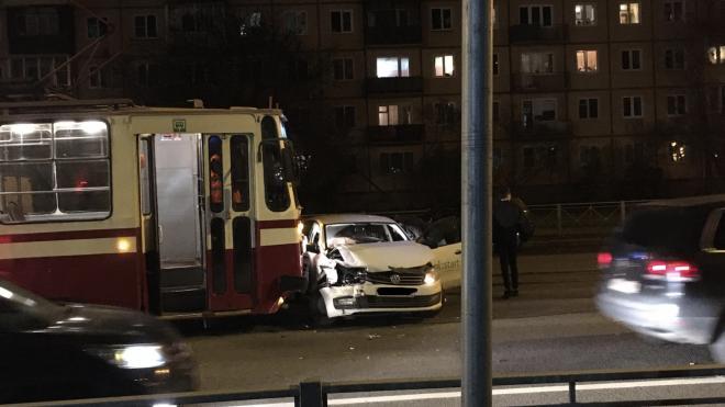 "На проспекте Науки трамвай ""поцеловал"" каршеринг"