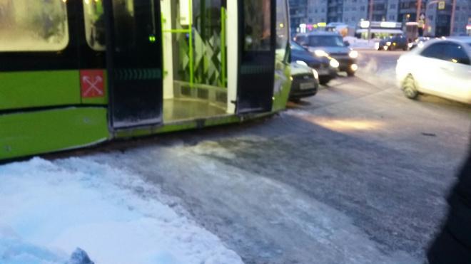 Война трамваев с автомобилями: в Петербурге участились ДТП на рельсах