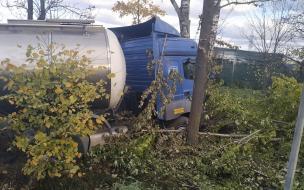 Полосу Московского шоссе перекрыли из-за улетевшей в кювет фуры