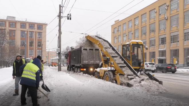 На уборку снега в Петербурге вышли более тысячи дворников