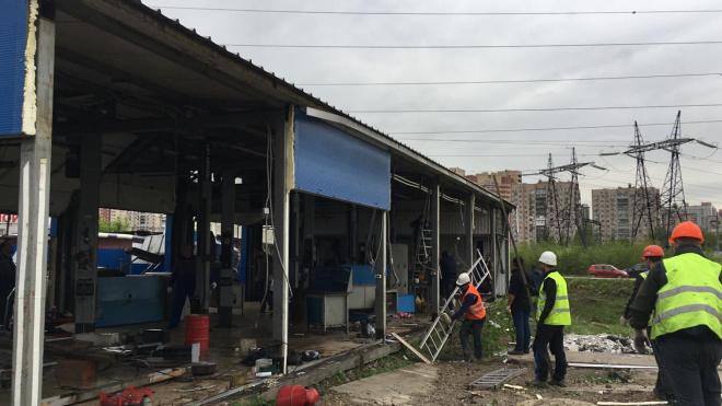 В Купчино сотрудники ККИ снесли незаконно установленный автосервис