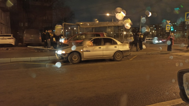 Иномарка влетела в автобусную остановку на Искровском проспекте