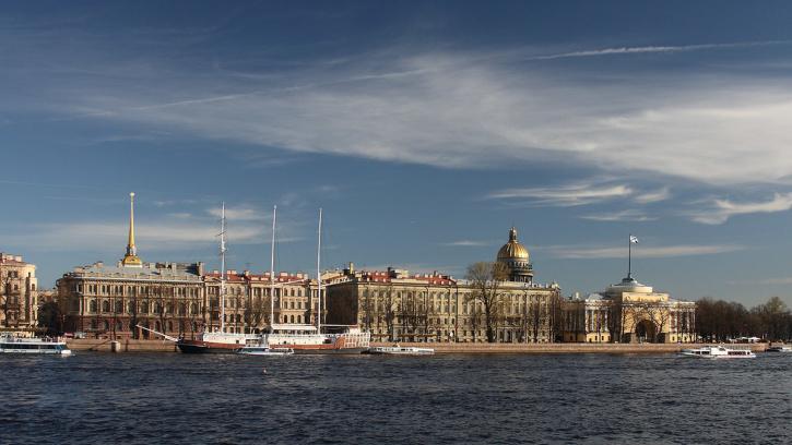 На Адмиралтейской набережной и Курляндской улице начались ремонтные работы