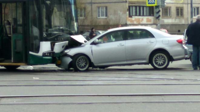 Четверо взрослых и девочка попали в больницу после ДТП с автобусом на Просвещения
