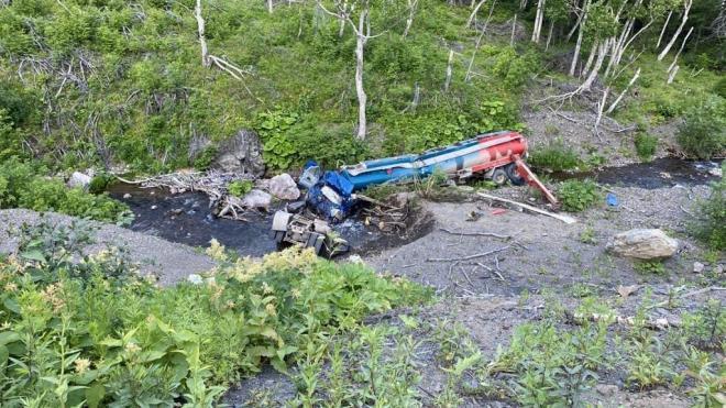 На Сахалине из упавшего в реку бензовоза вылилось топливо