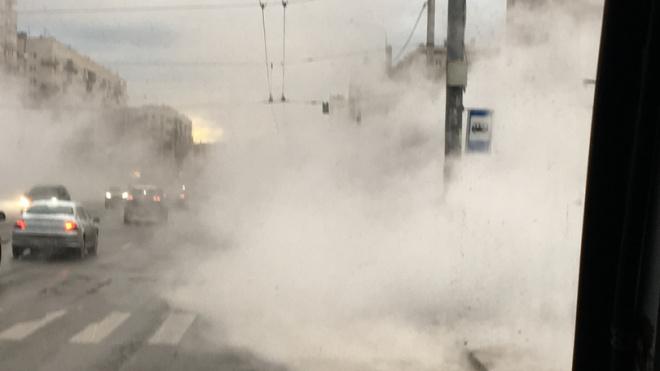 На пересечении Ветеранов и Жукова прорыв трубопровода: пар заполнил улицу